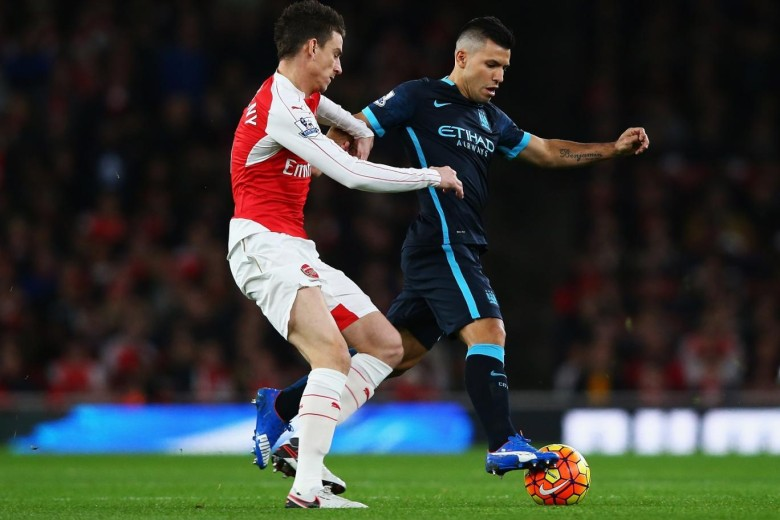 Aguero totally out of ideas in Koscielny's pocket