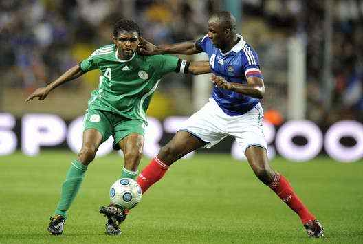 Nigeria's Kanu up against Patrick Vieira of France