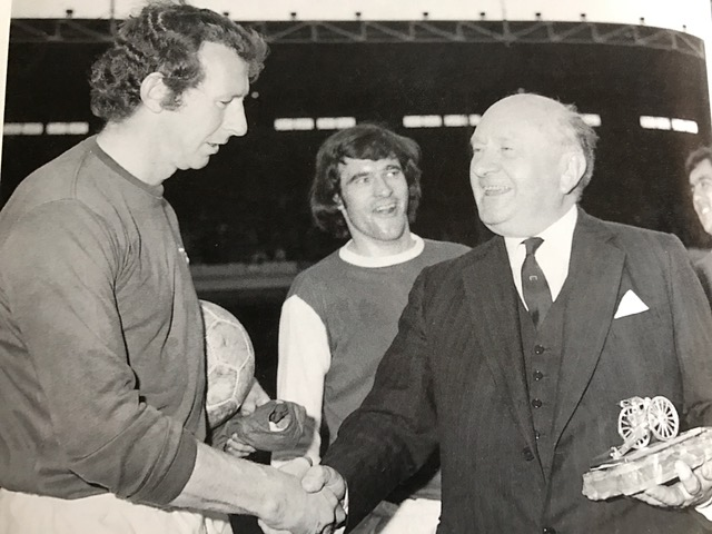 Bob receives the silver cannon from Dennis Hill-Wood