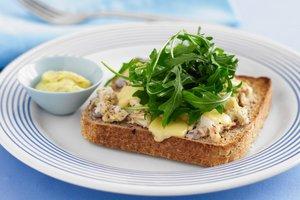 Горячий бутерброд с куриным салатом и сыром