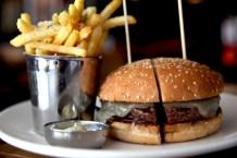 Ox Wine&Burger Bar'da Manchego peynirli hamburger ve patates