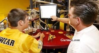 Almanya'daki Baggers Restoranda müşteriler yemeklerini bilgisayar ekranından seçiyor.