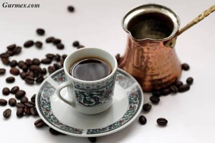 Bakır cezvede tercihen mangalda ağır ağır pişirilen köpüklü Türk Kahvesi