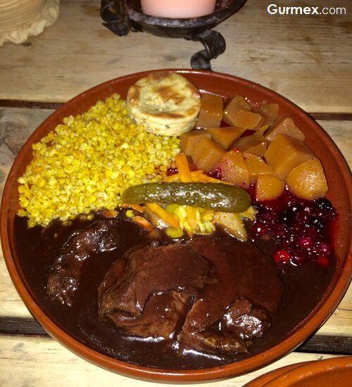 olde-hansa-restaurant-tallinn-ayi-geyik-tavsan-eti-yoresel-ortacag-yemekleri-estonya