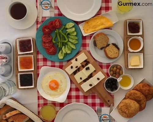 Bozcaada'da sabah kahvaltısı