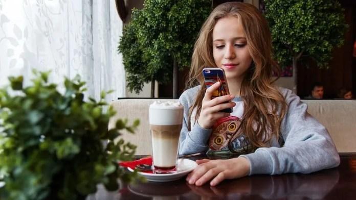 girl-regalar-smartphone