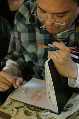 """Pillado dibujando en el evento de danza y poesía """"Cuerpoema""""."""