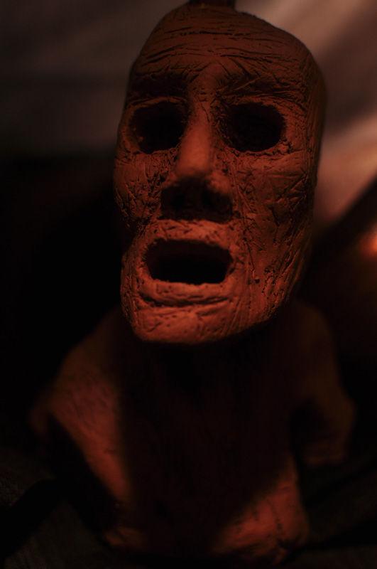 Escultura: Causalidad y Jaula (cabeza de arcilla 03) foto por: Miguel A. Mayo | por Gustavo A. Díaz G.