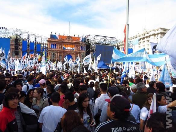 En medio de la gente en medio de la Plaza de Mayo