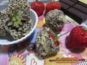 fragole ricoperte cioccolato e nocciole, gustose e sfiziose
