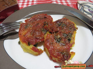 Polenta con cicoria e sfrizzoli di maiale, appetitosa e stuzzicante