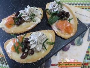 Crostini salmone e fagioli neri