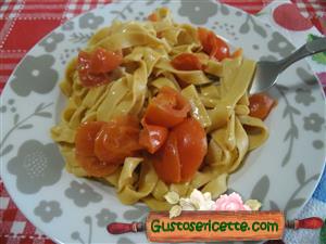 Tagliatelle con farina di lupini pomodorini e gorgonzola