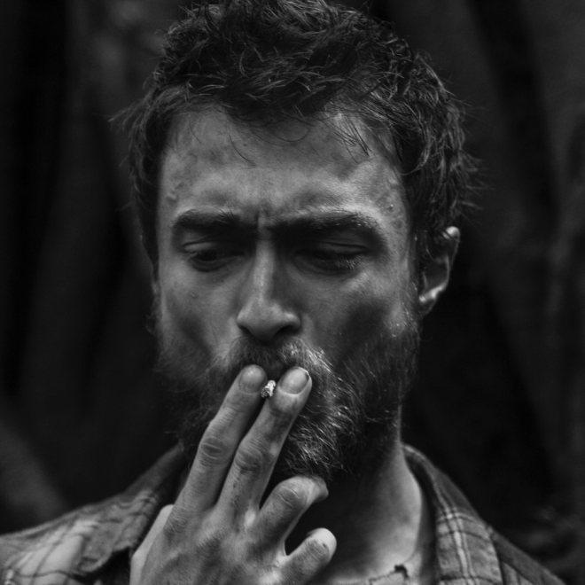 Schwarzweißaufnahme von Daniel Radcliffe im Porträt, rauchend mit Zigarette, aufgenommen von Thomas Kretschmann