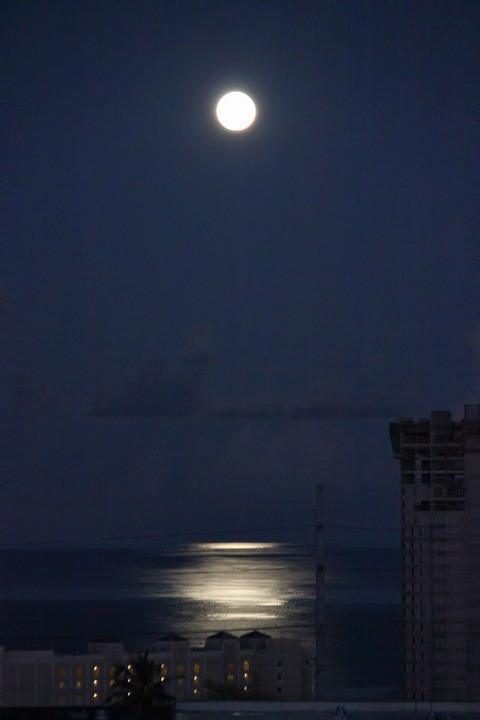 121030-0551-moon.jpg
