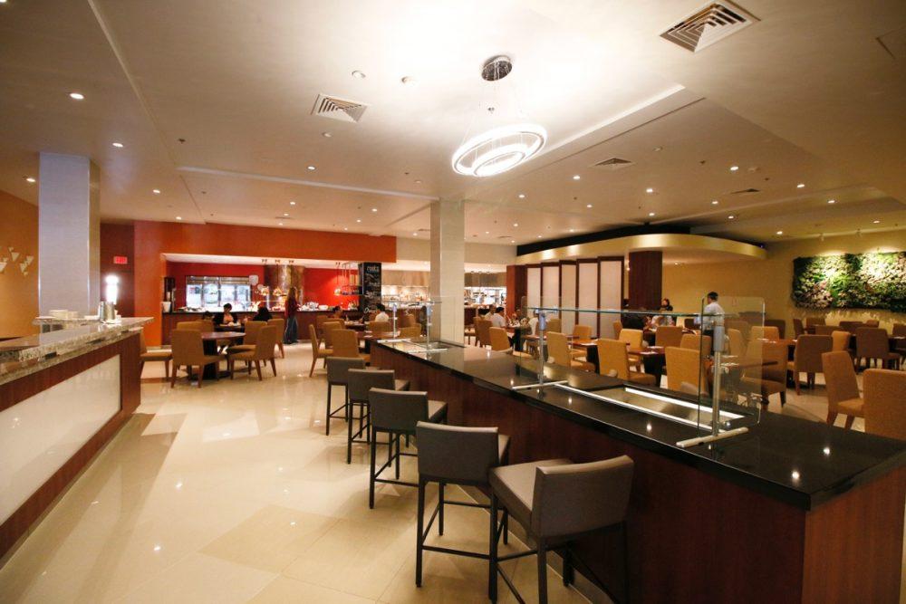 広々とした開放感のある店内 オープンキッチンのスーテーキ&グリルハウス『ROOTZ』