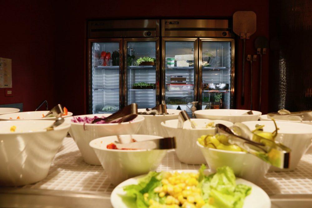 新鮮な食材 オープンキッチンのスーテーキ&グリルハウス『ROOTZ』
