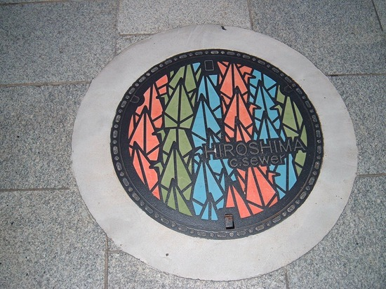 https://i1.wp.com/www.gwarlingo.com/wp-content/uploads/2011/08/Paper-Crane-Design-in-Hiroshima-Manhole-Cover.jpg