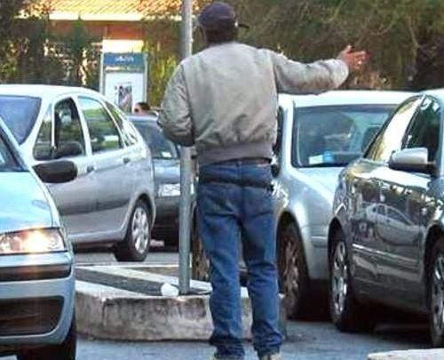 BATTIPAGLIA - 5 euro per parcheggiare l'Audi, parcheggiatore abusivo agli arresti - Gwendalina.tv