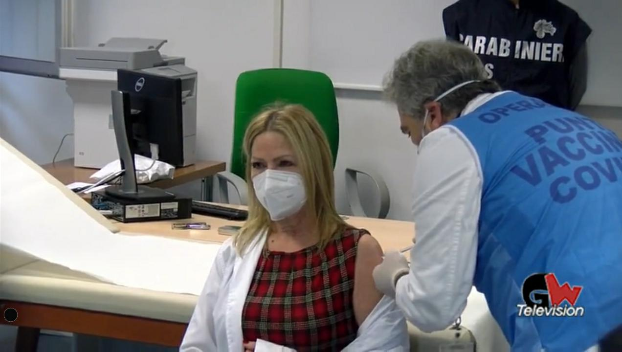 Dosi di vaccino dimezzate in Campania, l'ira di De Luca - Gwendalina.tv