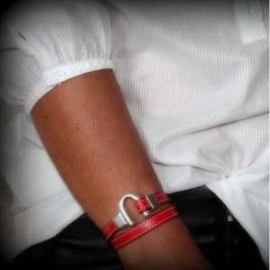 Bracelet femme cuir surpique fer a cheval rouge profond 2