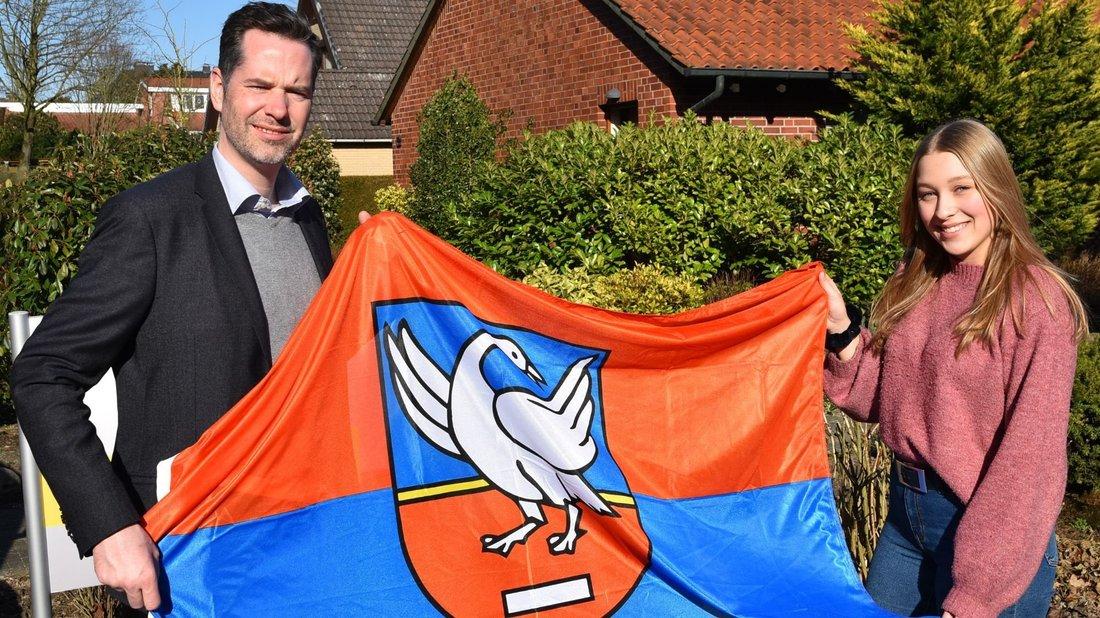 Mit der Ganderkeseer Flagge im Gepäck geht es für Lara Hübner im Sommer in die USA. Foto: Christopher Bredow