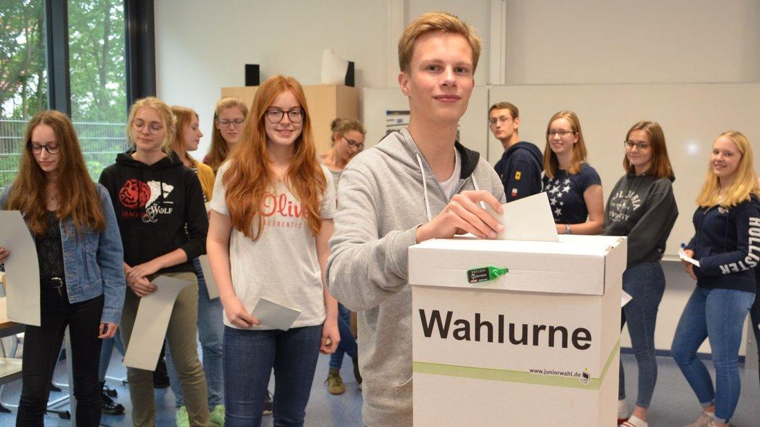 EU-Wahl im Unterricht: Im Gymnasium Ganderkesee beteiligten sich die neunten bis elften Klassen an der Juniorwahl. Ihre Stimme gaben auch Sina und Bennet (Mitte) aus der 10e ab. Foto: Thomas Deeken