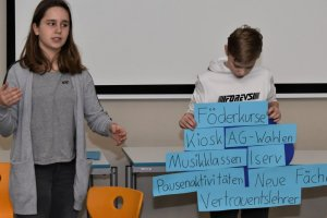 Mika präsentiert wichtige Stichworte über das Gymnasium Ganderkesee, Aleksa berichtet dazu souverän. Foto: Martina Brünjes