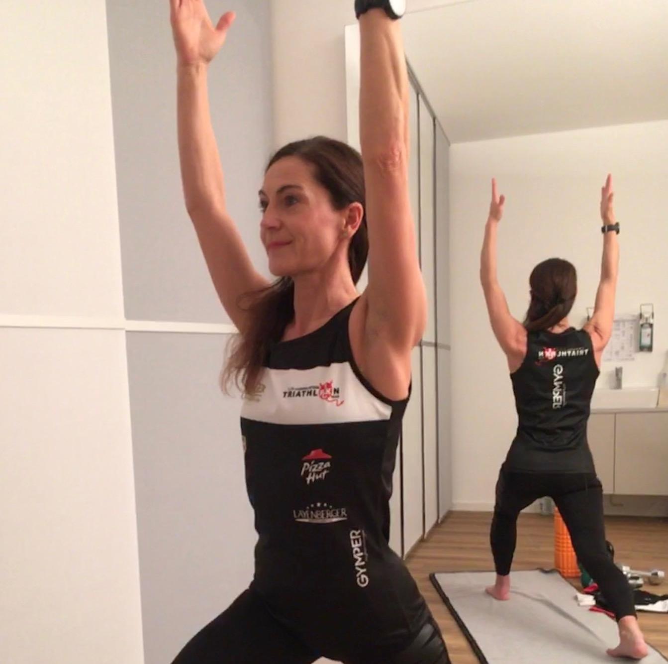 Triathletin Peggy Zimmermann beim Yoga