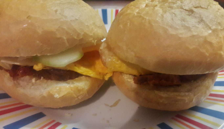 tojasos kolbaszos szendvics