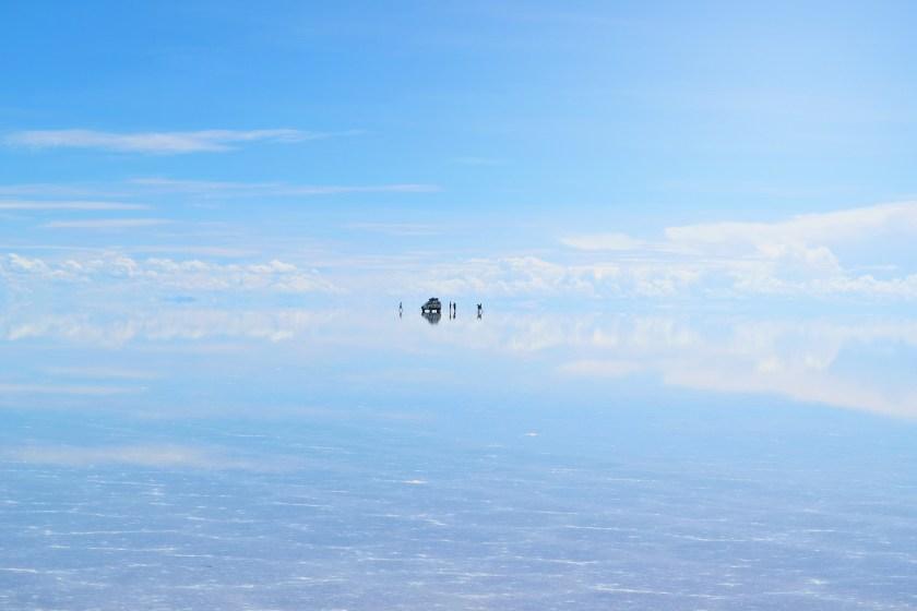 salar-de-uyuni-bolivia-flooded-water-reflection-stunning-jeeps-sky