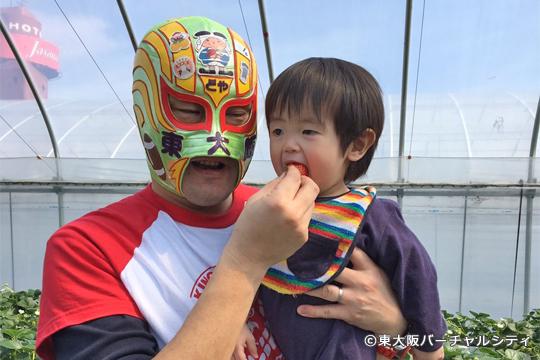 マスクド・東大阪も参加。子供たちにステッカーをプレゼントしたり、一緒に写真を撮ったりと大活躍でした