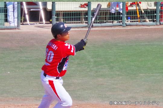 神崎は今年もフルスイング。 この日はフェンス越えに少し及ばなかったものの、2安打1打点