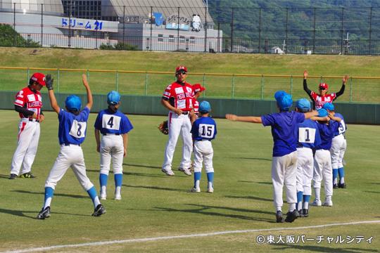 試合後には、上村が出身の子ども会ソフトボールチームと一緒に野球教室