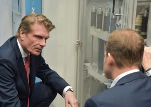 T. Bareiß, Parliamentary State Secretary at the BMWi (l.), in front of the GP Joule Electrolyzer at the Hannover Messe with F. Zimmermann