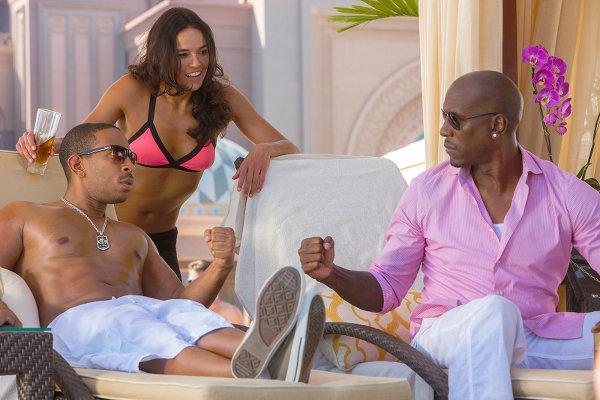 — Eh les mecs, je suis là. — Désolé Michelle, on regarde le bikini de Nath, t'as vu comme il est mignon?