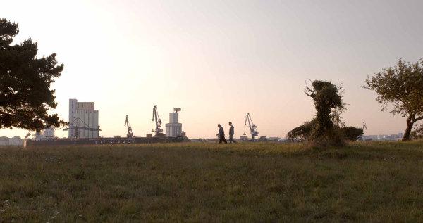 Paysage industriel au milieu de la nature, les joies de Lorient… photo Haut et Court