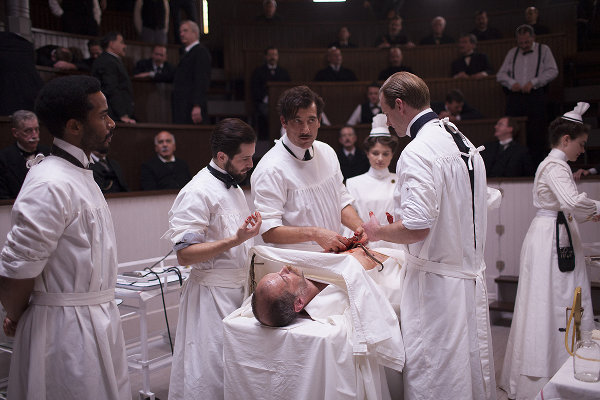 Ceci n'est pas un chirurgien en second, c'est un nègre imposé par la direction. Photo Cinemax