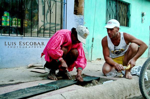 Fabrication de l'ancêtre des sandales Luna, fondées par Barefoot Ted en rentrant de la même course. photo Luis Escobar
