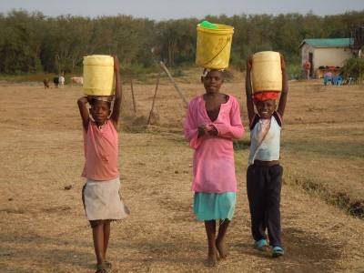 Jeunes transportant de l'eau. Kenya.
