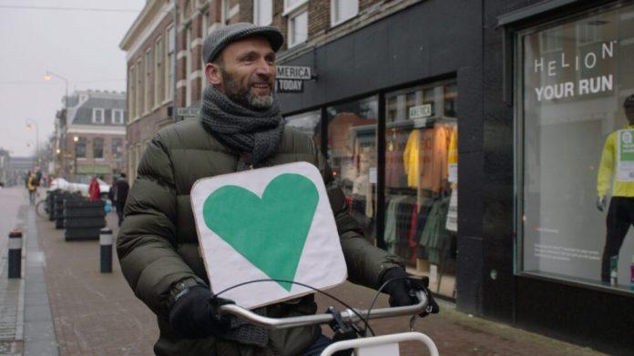 Robbert Zoon fietst door Haarlem. PR foto NTR.