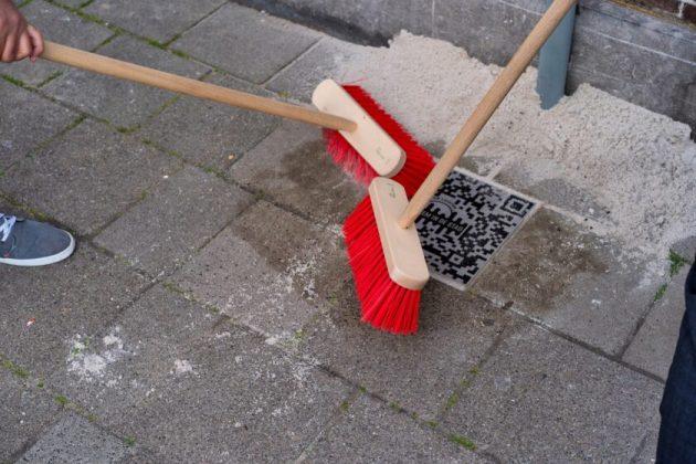 Bustan en burgemeester Wienen onthullen tegels. Fotografie: Joost Keet.