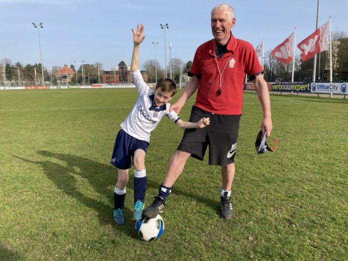 Thijs en trainer bij HFC voetbal. Foto: Vanessa van der Zalm, de Coalitie.
