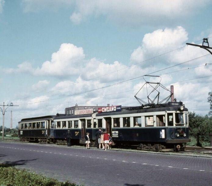 Tramstel A607/A608 in september 1961 tussen Voorschoten en Leidschendam. Foto: Stichting De Nieuwe Blauwe Tram / Frits van der Gragt.