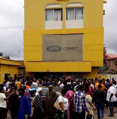 crowd waiting to register their sim at MTN office