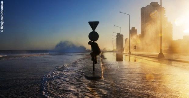 Las insólitas inundaciones causadas por el cambio climáticoamenazan al Malecón, el famoso paseo marítimo de La Habana (Cuba).