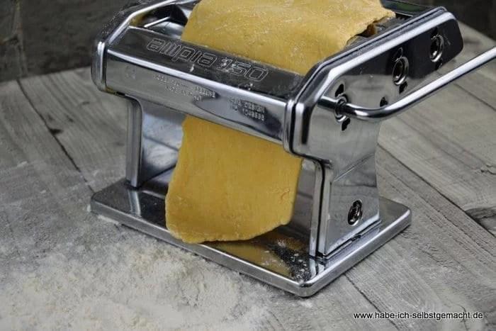 Nudeln selber machen - Teig zu Platten walzen