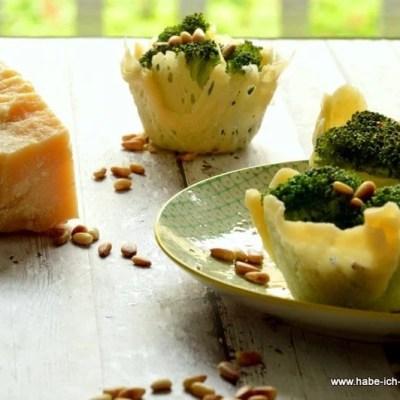 Brokkolisalat im Parmesankörbchen