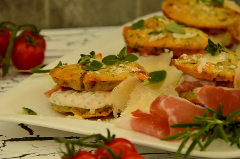 italienische Kräuterwhoopies mit Parmesan und Parmaschinken