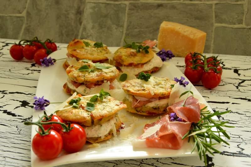 italienische Whoopies mit Parmaschinken und Parmesan